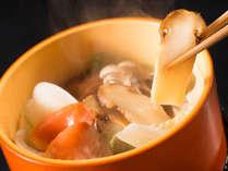 【松茸と海鮮の間欠泉蒸し】温泉で蒸すことで、旨味を凝縮し、素材の美味しさを究極まで引き出します