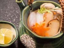 <松茸と白身魚の土瓶蒸し>松茸の香りを引きたて、美味しいダシになるよう合わせの魚は、鯛を使用