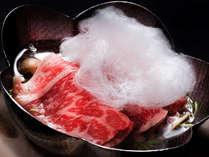 【黒毛和牛の雪どけ鍋】お鍋から湯気があがると、綿菓子がす~っととけて甘い香りがふわり。