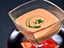【苺の冷製スープ】玉葱やじゃがいも、長葱を鶏スープで煮込み高原牛乳と苺をくわえた春限定の一品。