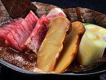 *【黒毛和牛と松茸 朴葉焼き】朴葉の香が山里の風情を醸し出す、山ならではのお料理