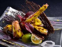 【たらば蟹 黄金焼き】冬の味覚の王様、タラバ蟹を白味噌と卵黄で焼きあげた豪快なお料理。
