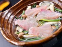 <油目(あいなめ)柳川風鍋>春から夏の高級魚、あいなめ。目の前で卵をとかし入れて、柳川風で。