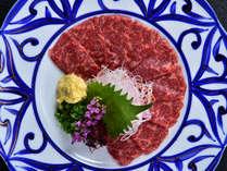 【信州名産 霜降り馬刺し】ほんのりと甘みがあるお肉は、とろける美味しさです。