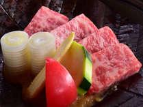 【黒毛和牛の朴葉焼き】大きな朴葉(ほおば)の上で、霜降りの黒毛和牛を焼きながら味わう