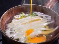 <白魚柳川風鍋>やさしい味わいの白魚。目の前で卵をとかし入れて、柳川風にお楽しみください。