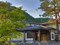 秋田・宮城・山形を跨ぐ県境の山懐に抱かれた、1万坪もの広大な敷地を持つ隠れ宿。昭和の名宿が甦ります。
