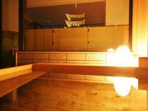 暗闇の中に幻想的に光る興福寺五重塔。温かいお湯に浸かりながらの贅沢な時間です。