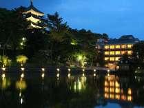 夜は猿沢池と興福寺五重塔がライトアップ。幻想的な夜のお散歩をお楽しみいただけます。