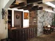 館内はチロルの山小屋風をイメージ。アンティーク家具をセンス良く配置
