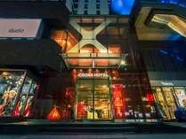 ■外観■赤と黒をイメージカラーとした御堂筋に面したスタイリッシュなホテル