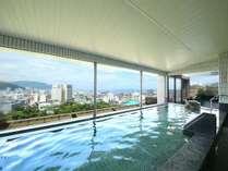 敷地内の源泉から引き込んだ最上階温泉大浴場。露天風呂もあり天城連山や相模湾の眺望が楽しめます。