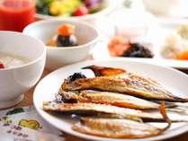 【旬彩tu・ba・ki朝食】伊東いえば干物。ビュッフェで焼き立ての干物が味わえる朝食会場はここだけです。