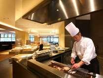 【旬彩tu・ba・ki朝食】ライブキッチンで焼きたての干物を味わえる朝食ブッフェ会場