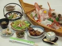 舟盛付き料理例・・・煮魚・酢の物・天ぷら・茶碗蒸・煮物・肉料理・吸い物など