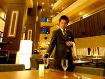 最上階まで続く吹き抜けが印象的なカジュアル&モダンレストラン「海菜美(うさみ)」