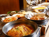 新鮮野菜をはじめ、地産の素材を中心に和食や洋食など、約40種類のバイキング