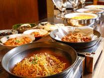 地産の素材を中心に和洋約40種類から好みのお料理を思う存分ご堪能いただける朝食バイキング付プラン