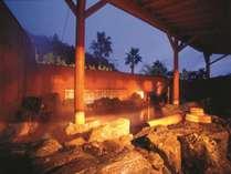 露天岩風呂(夜)☆ 露天風呂には岩風呂と檜風呂があり男女日替わりでお楽しみ頂けます。