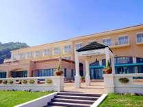 自然に囲まれたリゾートホテル。美しい海と共に心を込めて旅する人をお迎え致します。