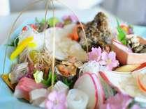 【お刺身満喫プラン】季節によってお刺身の内容が違い一年を通しお楽しみ頂けます。天然虎魚の姿薄造り付。
