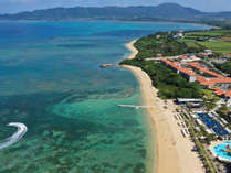 【外観】天然ビーチや鮮やかな植物。石垣島の自然に囲まれた立地。