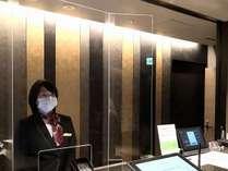 【コロナウイルス対策】フロントカウンターに飛沫感染防止用のプレートを設置しております。