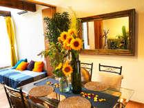 季節の花が飾られるリビングのメインテーブル