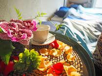 ベッドサイドテーブルにもお花が飾られています。