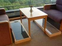 各客室には、2種類の「岩盤足癒」を。足を乗せるだけで体が温まります。