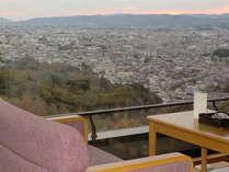 最上階のお部屋からは、東大寺大仏殿・興福寺など奈良市街が一望。景色に見入り、何もしない贅沢がここに。
