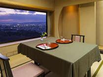【個室】ローベッドのお部屋は、ご夕食は個室をご用意。夕景を見ながらのお食事をお愉しみください。