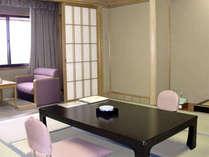 山側和室(8畳)。低層階のため、眺望はのぞめませんが、本間畳の為、お部屋は広々です。