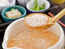 【朝食一例】朝食メニューの中でも人気の茶粥は起きたての身体に優しい味です。