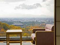 【客室】眼下には大仏殿・五重塔など奈良市街が。雄大な景色に見入り、何もしない贅沢を…