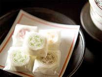 チェックイン時に、お部屋でお出しする当館オリジナルのお茶菓子「葛点心」。