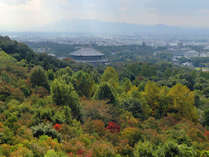 【お部屋からの景色一例】若草山の豊かな緑と奈良市内が一望できます。
