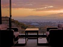 お部屋からの景色。夕暮れ時は街の明かりと夕焼けが混ざり合ってとってもキレイです。