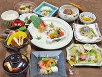【大和会席一例】夕食は月替わりの会席コースをご用意。旬の食材をお愉しみいただけます。