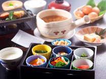 【朝食一例】大和の茶粥、自家製豆腐、小鉢、焼魚、サラダなど体に優しい健康志向の和朝食ご用意。