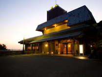 【外観】新若草山ドライブウェイの道中にある当館。奈良市内を一望する大人の宿です。