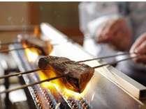 【たたき体験】(焼く)強い火力で表面だけ焼きます。焼くことにより香ばしさがつき、美味さが増します。