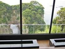 万次郎足湯からは県の天然記念物・白山洞門を上から眺めることが出来ます。