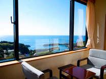 """青い空、広がる海。海側のお部屋の窓からは、""""1枚の絵画の""""ような美しい佳景をお楽しみいただけます"""