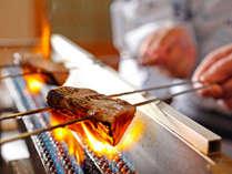 土佐の郷土料理【鰹のタタキ】 ただ食べる――だけでなく、自分で焼いて食べる。体験付きでおいしさ倍増!