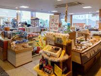 【売店】 ロビー横には品揃え豊富な売店もございます♪旅のお土産をここで買っておくと、観光も安心!