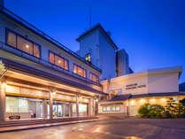 【外観】 四国最南端の白亜のホテルへようこそ。お車はスタッフが移動させます。ささ、中へどうぞ♪