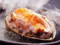 ◆【鮑踊り焼き】獲れたて新鮮!肉厚鮑を豪快に陶板焼きで!ふっくらやわらかな食感が病みつきに♪