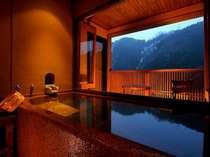 ◆デザイナーズ◆和モダン客室【露天風呂】 渓谷を望む絶景の客室露天風呂、浴槽の大きさは約2mと広々