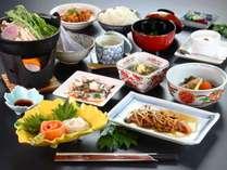 【夕食全体の一例】日本海の幸、湯沢山の幸を堪能できる